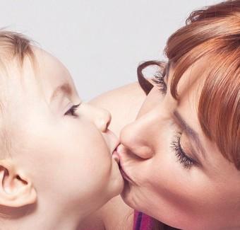 Είναι κακό να φιλάμε τα παιδιά μας στο στόμα;
